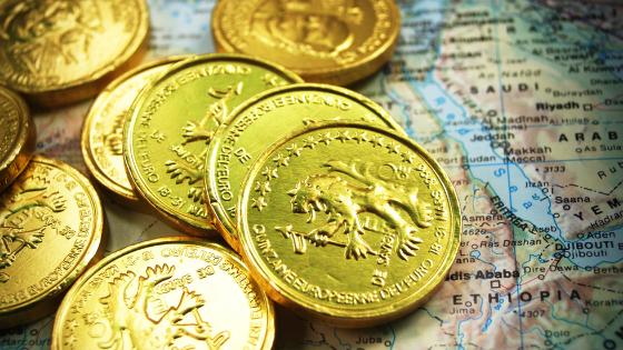 地図の上に置かれたコイン