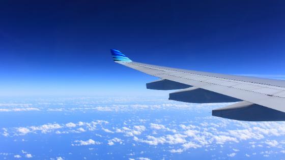 海外へ飛ぶ飛行機